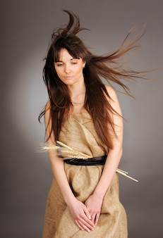 Belle jeune femme aux cheveux flottants et aux épis de blé. notion de nature.