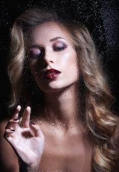 Belle jeune femme aux cheveux longs et aux bijoux.