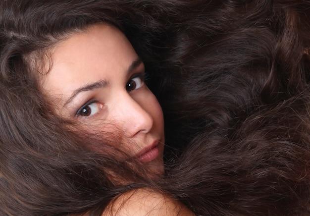 Belle jeune femme aux cheveux longs - gros plan de visage