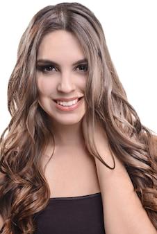 Belle jeune femme aux cheveux longs isolé sur blanc