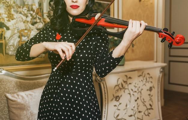 Belle Jeune Femme Aux Lèvres Rouges Jouant Du Violon Photo Premium