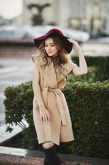 Belle jeune femme aux longs cheveux blonds platine et maquillage lumineux en tenue de printemps à la mode.