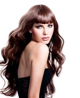 Belle jeune femme aux longs cheveux bruns. jolie mannequin pose