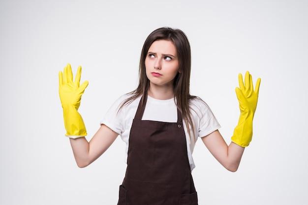 Belle jeune femme aux mains levées portant un tablier