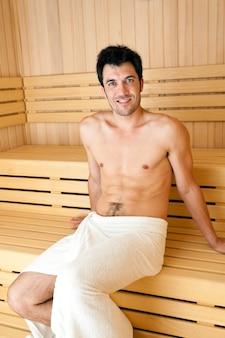 Belle jeune femme ayant un bain de sauna dans un hammam