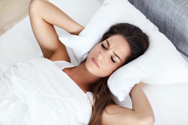 Belle jeune femme ayant du mal à dormir