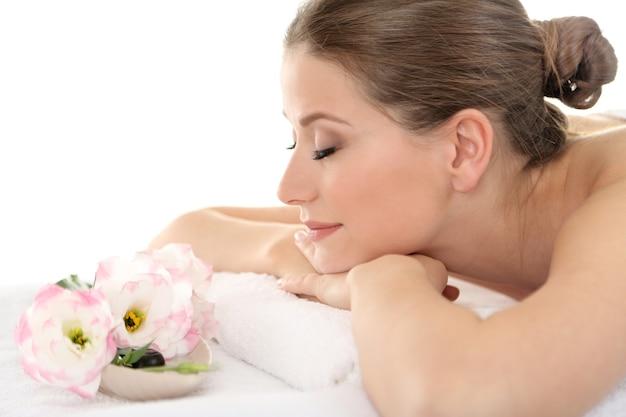 Belle jeune femme ayant se détendre dans le salon spa