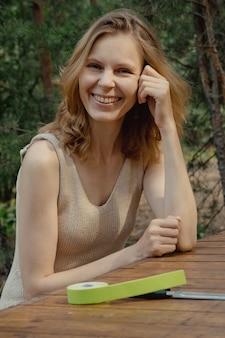 Belle jeune femme avec des bandes de kinésiologie sur le front belle femme avec lifting kinésiologique