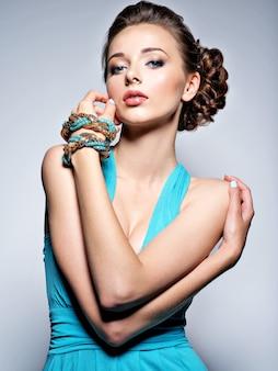 Belle jeune femme avec des bijoux.