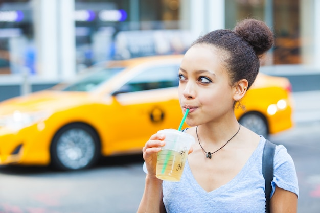 Belle jeune femme avec une boisson rafraîchissante à new york