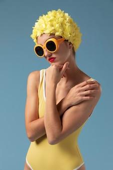 Belle jeune femme avec bonnet de bain