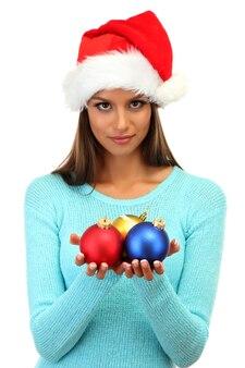 Belle jeune femme avec des boules de noël, isolé sur blanc