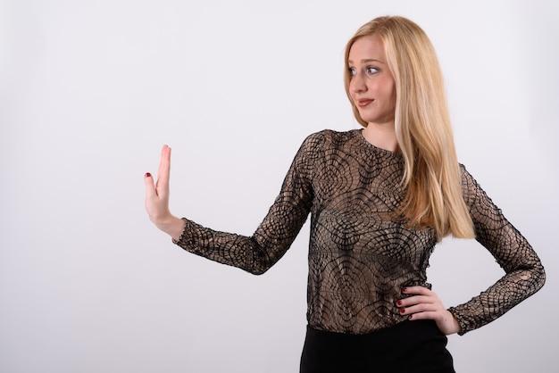Belle jeune femme britannique aux cheveux blonds sur fond blanc