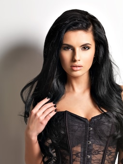 Belle jeune femme brune aux cheveux longs.