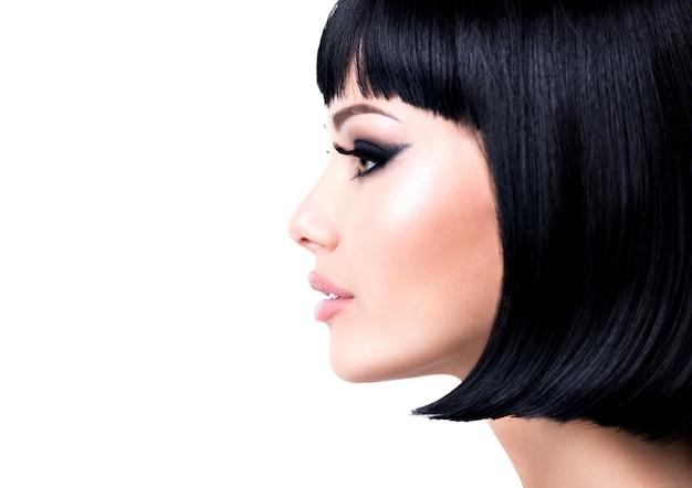 Belle jeune femme brune avec une coiffure courte