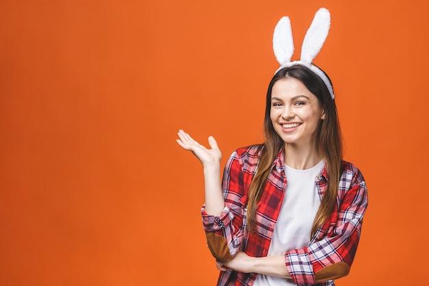 Belle jeune femme brune en oreilles de lapin regardant la caméra