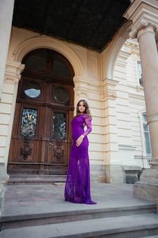 Belle jeune femme brune portant des vêtements à la mode, des cheveux merveilleux posant dans la ville. photo de mode