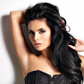 Belle jeune femme brune sexy aux cheveux longs.