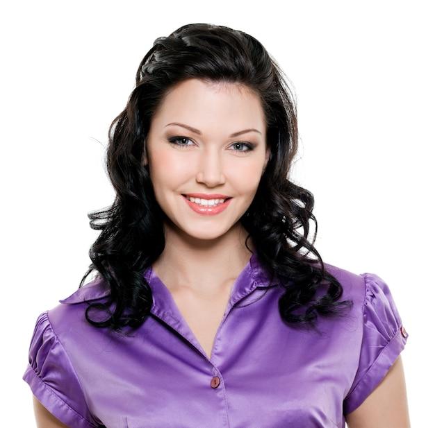 Belle jeune femme brune avec un sourire à pleines dents