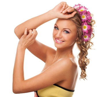 Belle jeune femme caucasienne avec des fleurs