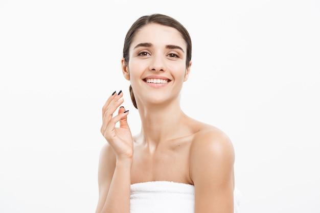 Belle jeune femme caucasienne portant une serviette après la douche.