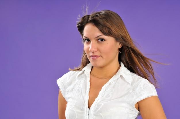 Belle jeune femme en chemise blanche