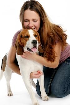 Belle jeune femme avec chien
