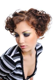 Belle jeune femme avec une coiffure de boucles de beauté - isolé sur blanc