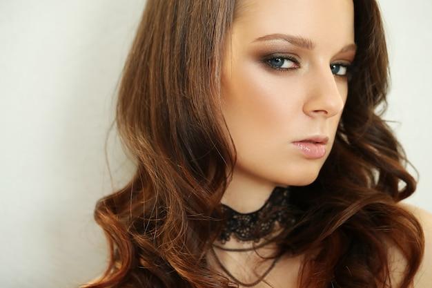 Belle jeune femme avec collier noir