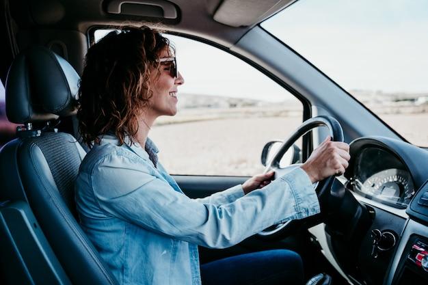 Belle jeune femme conduisant une camionnette. concept de voyage