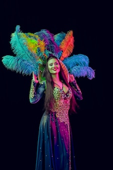 Belle jeune femme en costume de paon de carnaval femme modèle de beauté à la fête