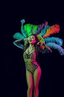 Belle jeune femme en costume de paon de carnaval femme modèle de beauté à la fête sur