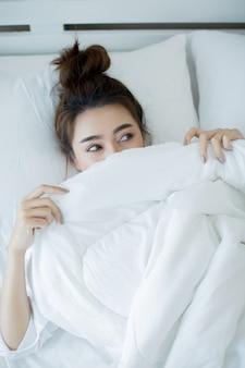 Belle jeune femme couchée dans le lit et dormant.
