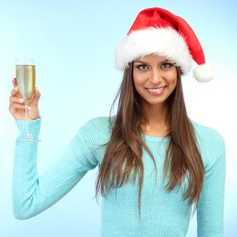 Belle jeune femme avec une coupe de champagne
