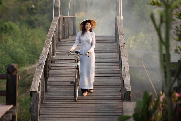 Belle jeune femme avec la culture vietnamienne traditionnelle robe vietnam