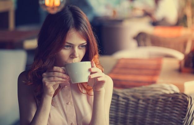 Belle jeune femme dans un café