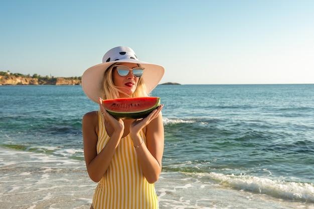 Belle jeune femme dans un chapeau à la pastèque.