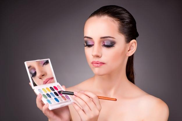 Belle jeune femme dans le concept de maquillage