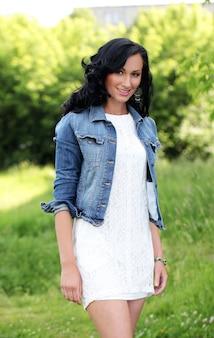 Belle jeune femme dans un parc