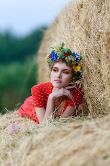 Belle jeune femme dans une robe rouge