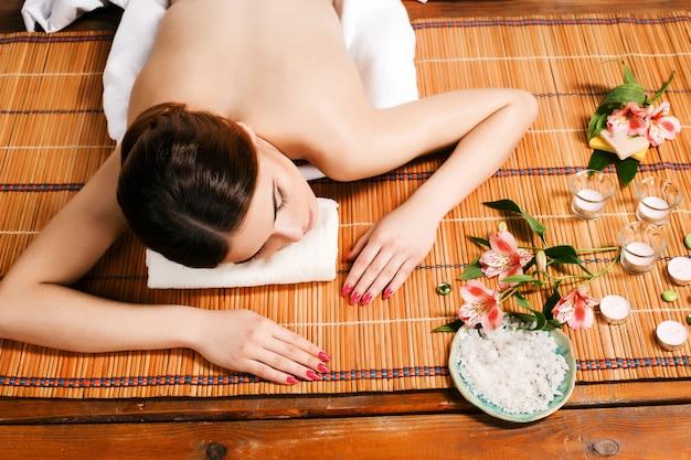 Belle jeune femme dans un salon spa
