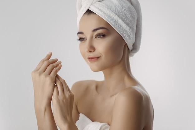 Belle jeune femme dans une serviette