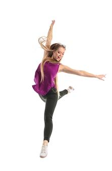 Belle jeune femme dansant sur mur blanc