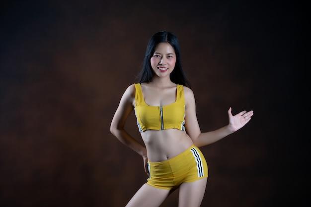 Belle jeune femme danseuse posant