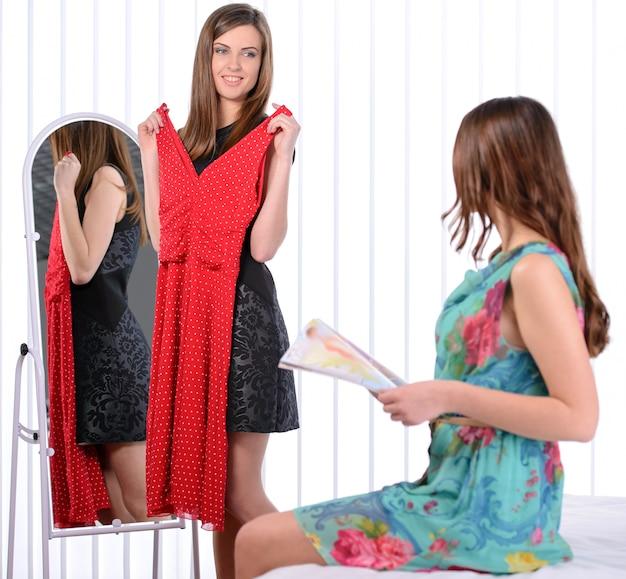 Belle jeune femme debout près du miroir.