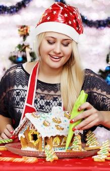 Belle jeune femme décoration maison en pain d'épice