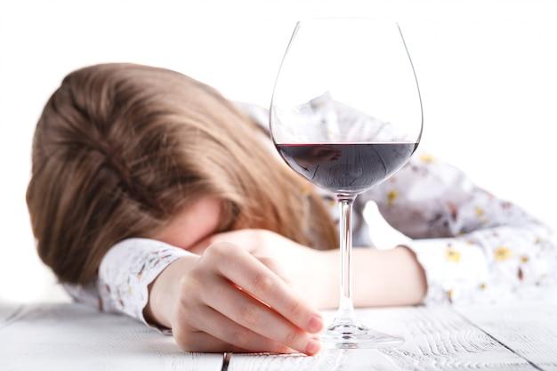 Belle jeune femme en dépression, boire de l'alcool