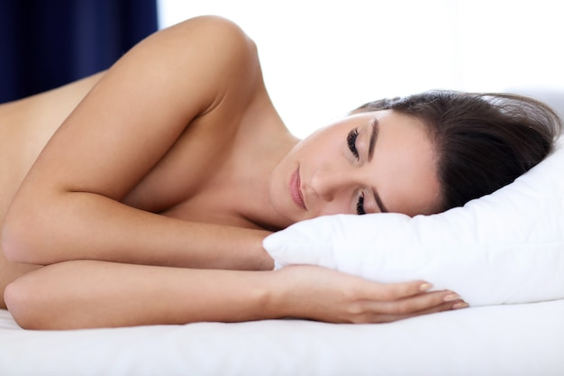 Belle jeune femme dormant paisiblement
