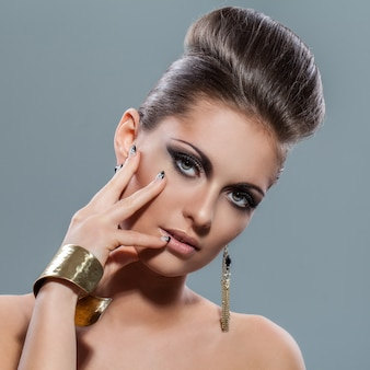 Belle jeune femme avec du maquillage de soirée