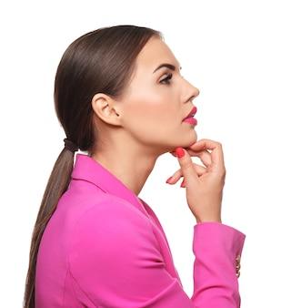 Belle jeune femme avec du rouge à lèvres rose vif sur une surface blanche